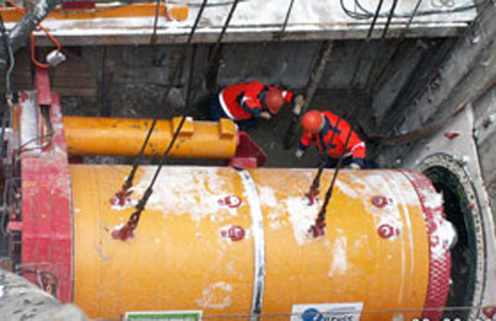 Устройство микротоннеля под перекладку нефтепродуктопровода под рекой Большая охта длиной 470 пм